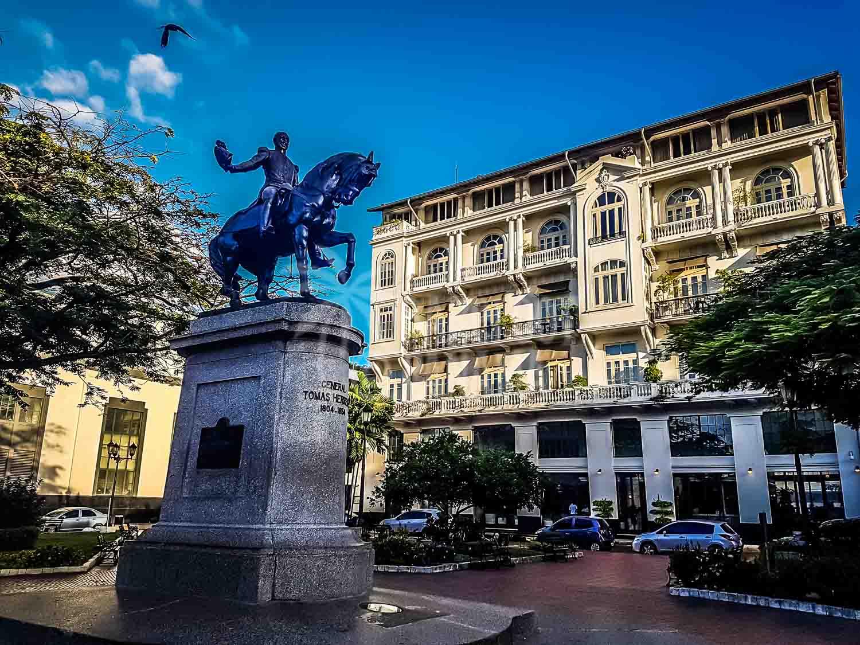 Tomas-Herrera-statue